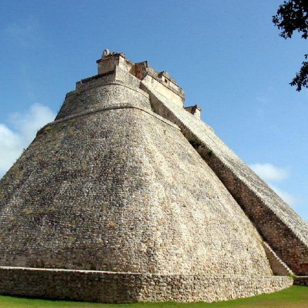 Uxmal_Pyramid_of_the_Magician